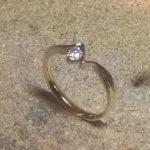 Ręcznie wykonany złoty pierścionek.