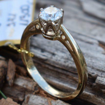 Pierścionek zaręczynowy z brylantem 0,65 ct.