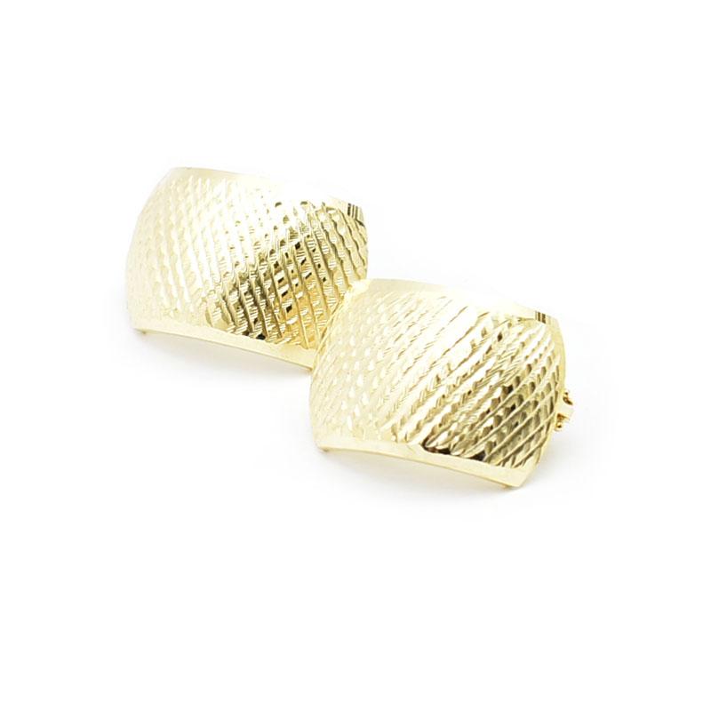 Duże złote kolczyki.