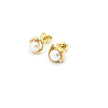 Złote kolczyki perłami na sztyfcie