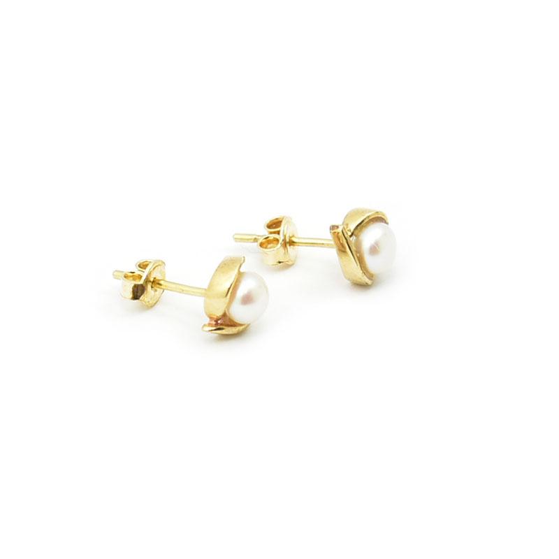 PAra złotych kolczyków z perłami.