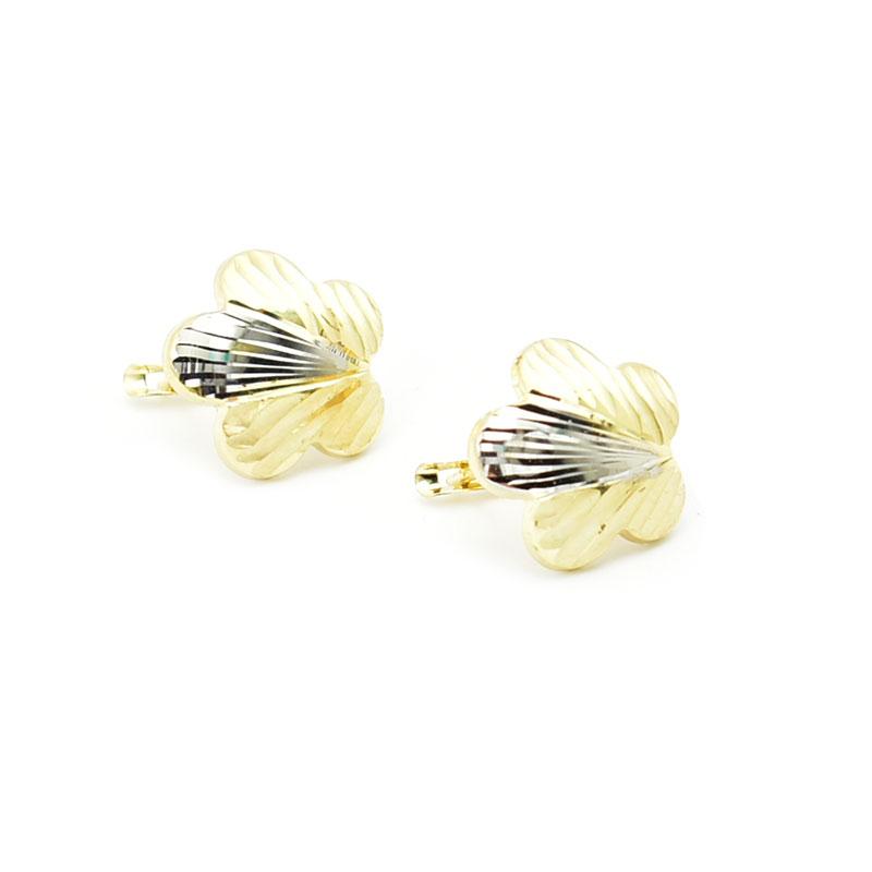 Złote kolczyki w formie kwiatka.
