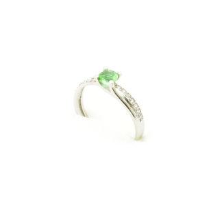 Delikatny srebrny pierścionek z sułtanitem i cyrkoniami.