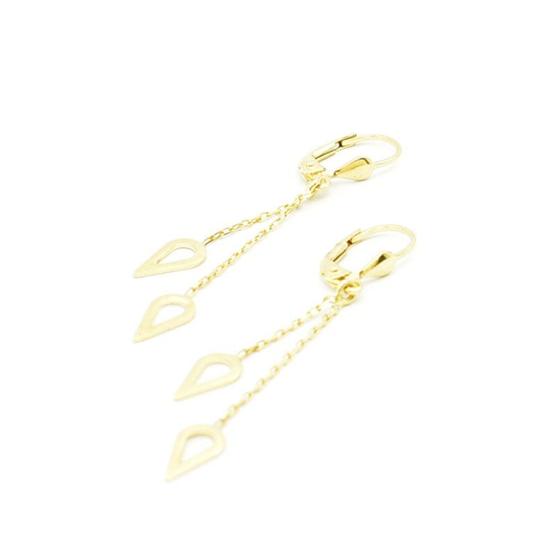 Złote wiszace kolczyki na angielskim biglu.