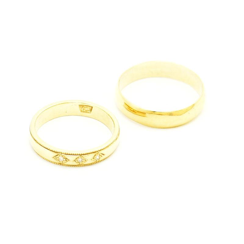 Złote obrączki ślubne z brylantami.