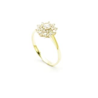 Złoty pierścionek z brylantami.