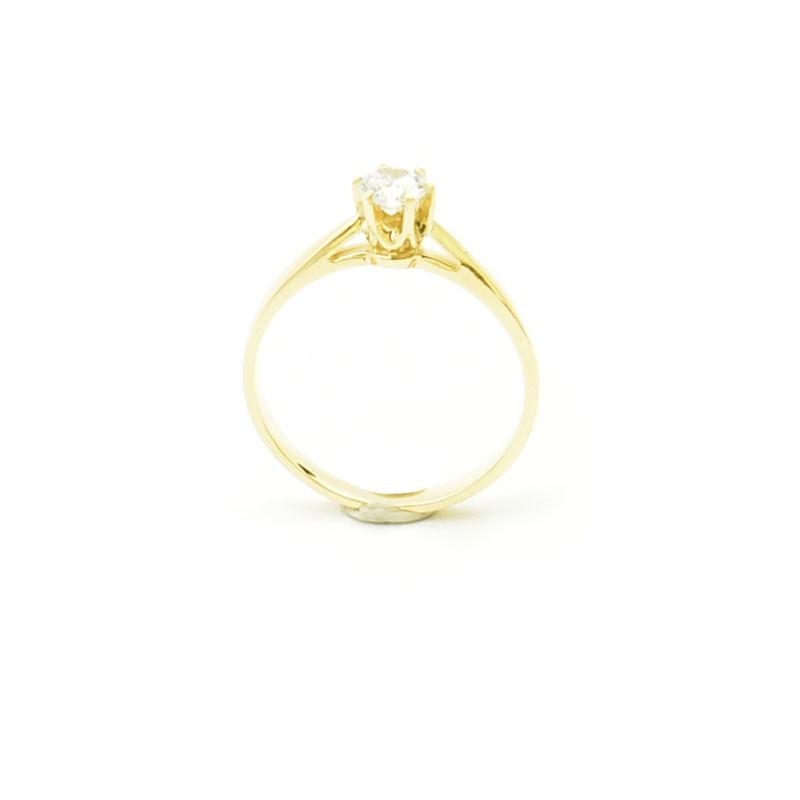 Klasyczny złoty pierścionek.