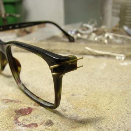 Klejenie okularów z elementem metalowym