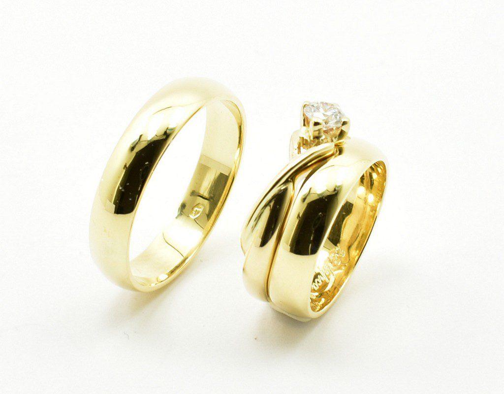 Obrączki ślubne dopasowane do pierścionka zaręczynowego.