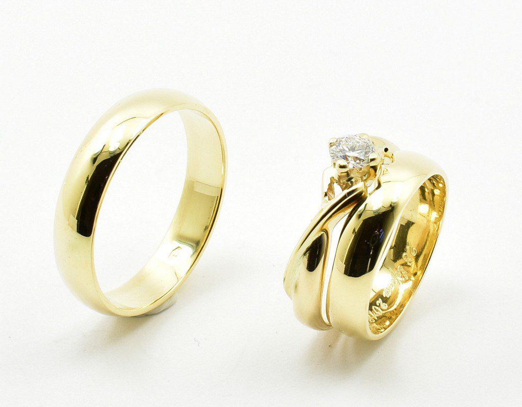 Para obrączek dopasowanych do pierścionka z brylantem.