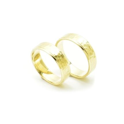 Obrączki ślubne młotkowane – fasetowane żółte złoto
