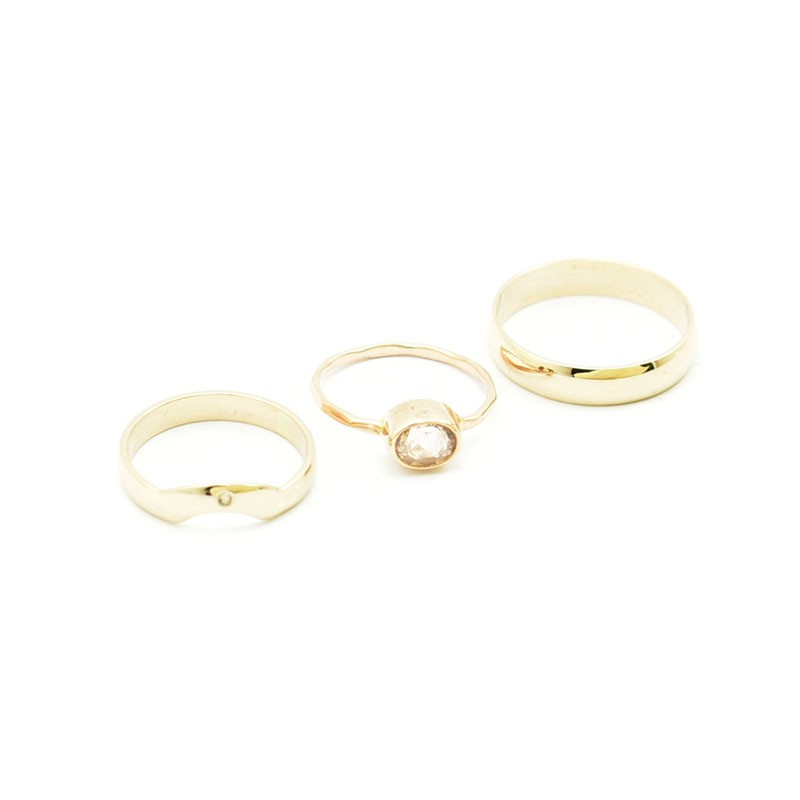 Pierścionek zaręczynowy i obrączki ślubne.