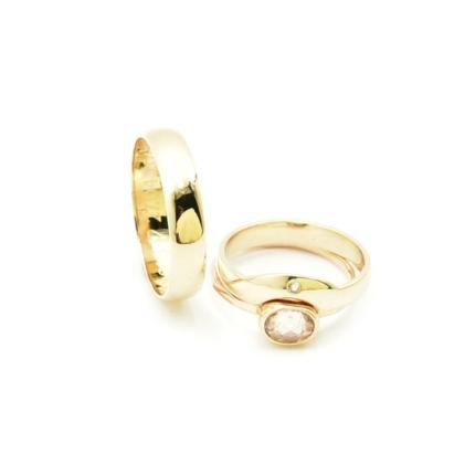Pierścionek zaręczynowy i dopasowane obrączki.