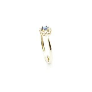 Złoty pierścionek z diamentami i szafirem.