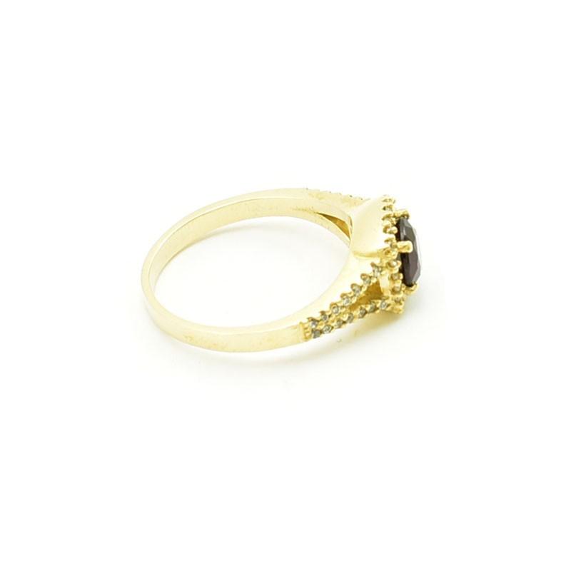 Granat oprawiony w złotym pierścionku.