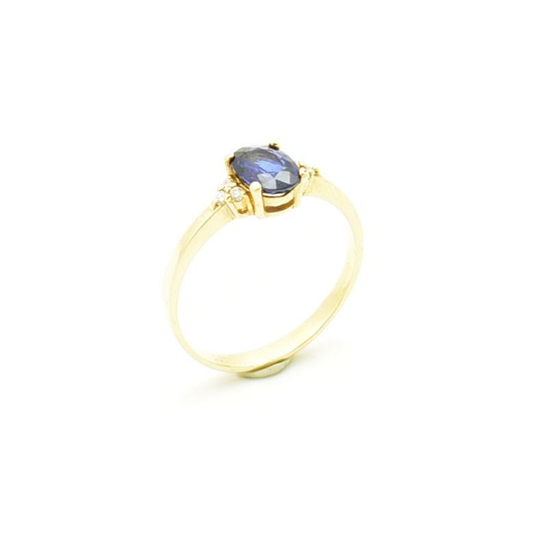 Złoty pierścionek z dużym naturalnym szafirem.
