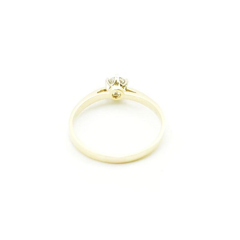 Klasyczny złoty pierścionek zaręczynowy.