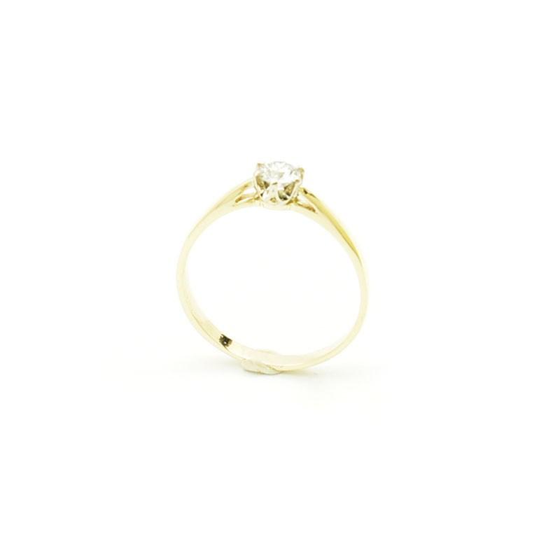 Klasyczny pierścionek zaręczynowy.