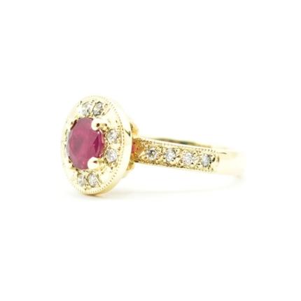 Pierścionek zaręczynowy z rubinem i diamentami.