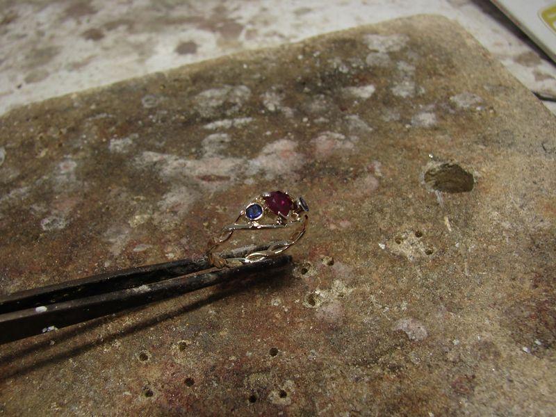 Pierścionek zaręczynowy z rubinem i szafirami.