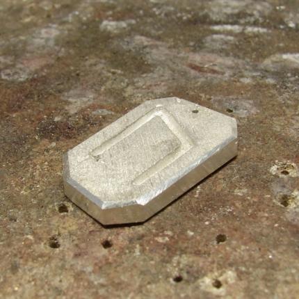 Zawieszka z runami wykonana ze srebra próby 925.