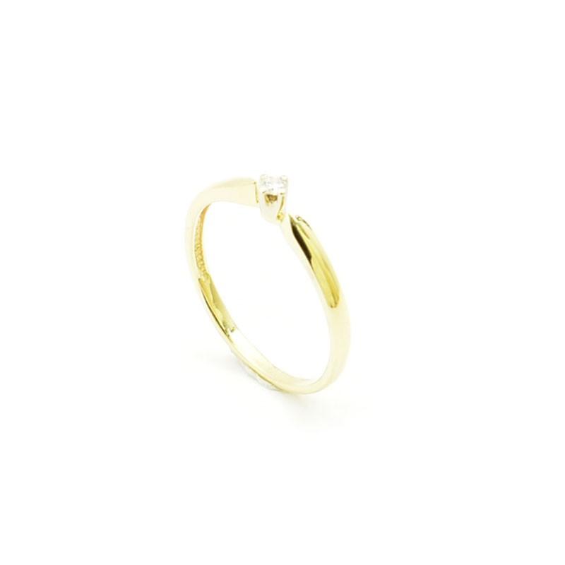 Klasyczny złoty perścionek.